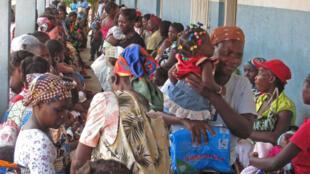 Une centaine de jeunes mères attendent leur tour depuis l'aube, l'Angola manque cruellement de personnel médical.