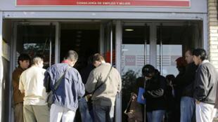 File d'attente devant l'agence pour l'emploi à Madrid le 24 avril 2009.