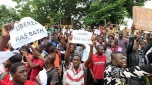La manifestation de soutien au chroniqueur et activiste «Ras Bath», en août 2016 devant le tribunal de la commune 4 à Bamako.