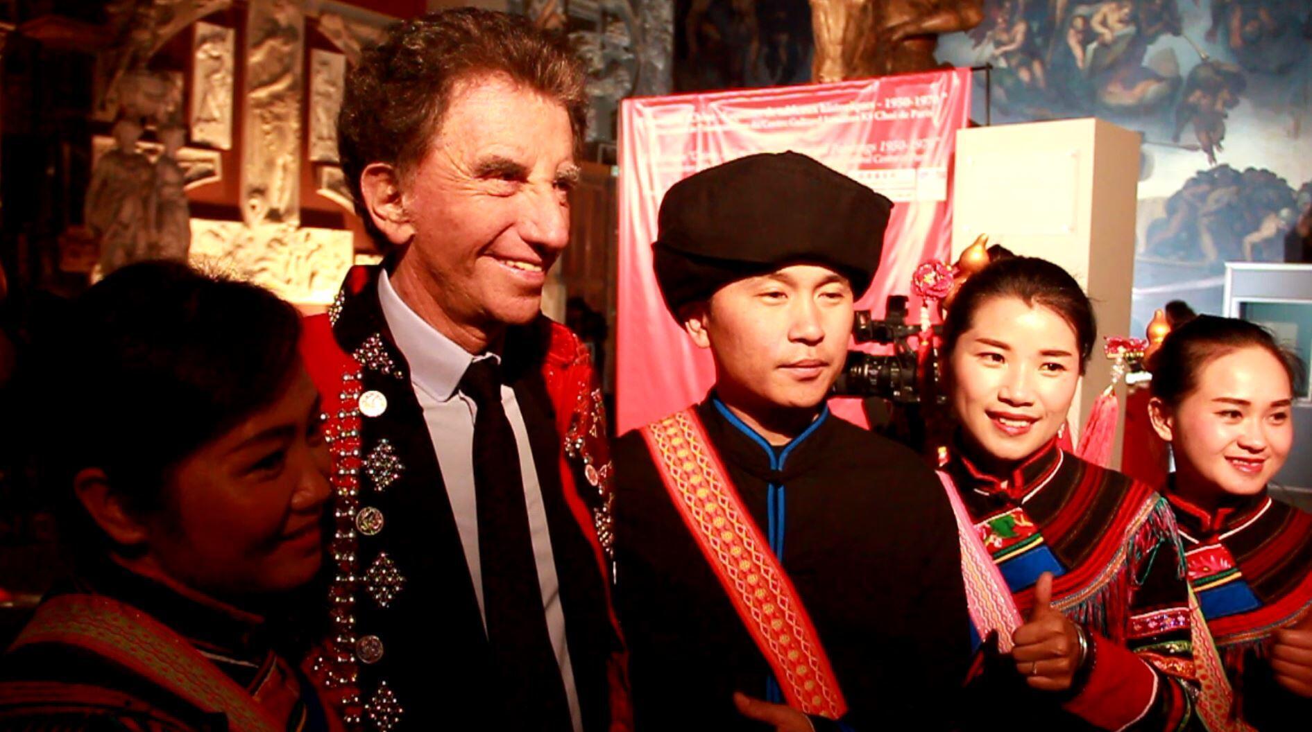 """法国前文化部长雅克-朗出席""""1950-1970年手稿图中的中国历史""""展览揭幕式"""