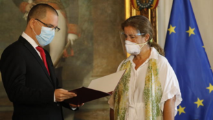 L'ambassadrice de l'Union européenne au Venezuela, Isabel Brilhante Pedrosa, reçoit une lettre « persona non grata » du ministre des affaires étrangères vénézuélien, Jorge Arreaza, dans son bureau de Caracas, mercredi 24 février 2021.