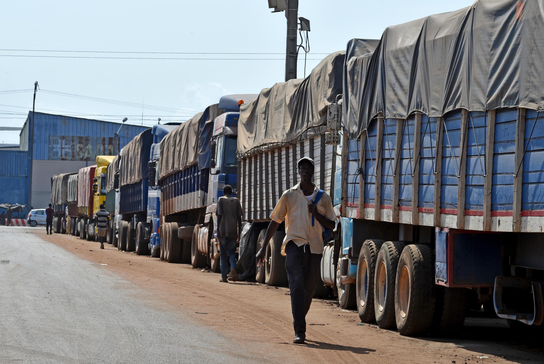 Une file de camions chargés de café à l'entrée du port d'Abidjan, le 8 mars 2018.