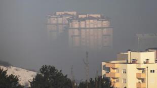 Des immeubles sous le Smog à Pristina au Kosovo en janvier 2018.