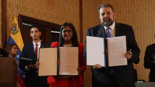 Delcy Rodríguez, vice-presidenta de Venezuela y el diputado opositor Timoteo Zambrano muestran el acuerdo firmado este lunes 16 de septiembre 2019