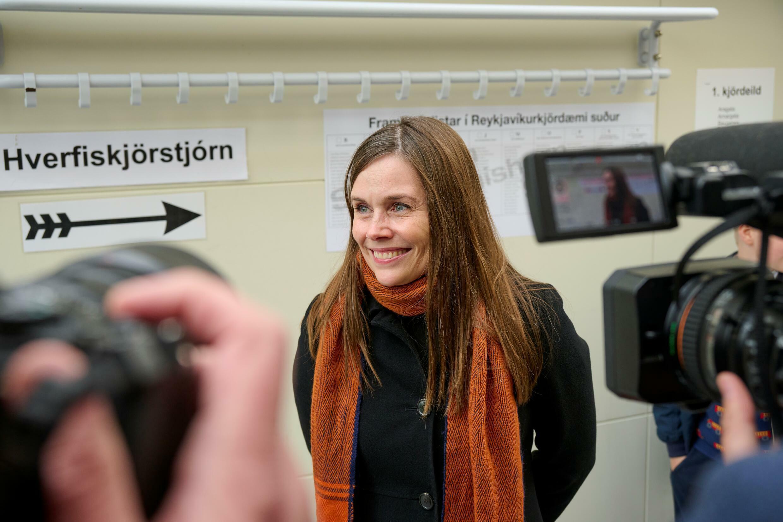 La primera ministra islandesa, Katrin Jakobsdottir, en un centro electoral de Reikiavik el 25 de septiembre de 2021