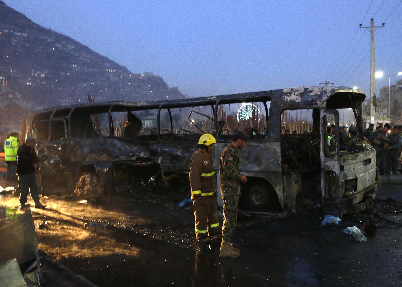 Ônibus atingido por um ataque dos talibãs, em Cabul, neste sábado, 13 de dezembro.