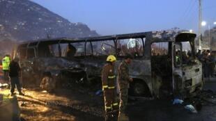Une carcasse de bus calciné à Kaboul, le 13 décembre 2014.