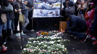 厄瓜多爾記者小組被游擊隊撕票後人們悼念2018年4月14日基多