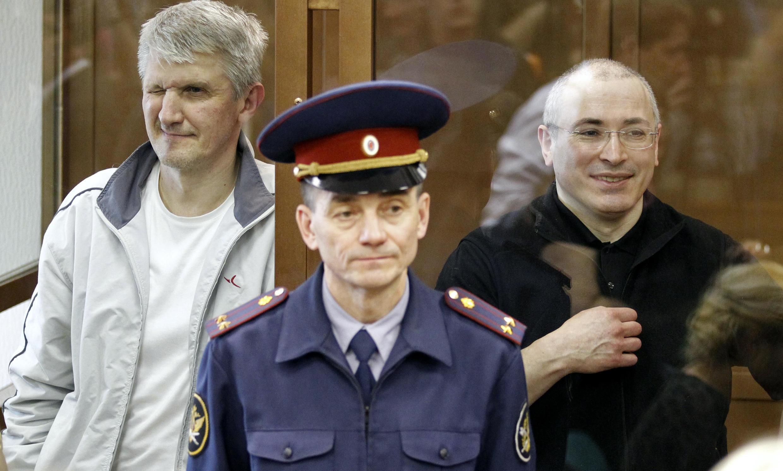 Платон Лебедев и Михаил Ходорковский в зале Мосгорсуда 17/05/2011