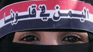 Une partisane du nouveau président durant le rassemblement du premier anniversaire de son arrivée, à Aden le 21 février. Sur son bandeau est écrit «Le Yémen est dans nos coeurs».