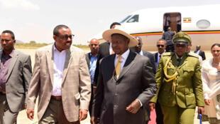 Rasis wa Uganda Yoweri Museveni akiwasilini jijini Addis Ababa na kukaribishwa na mwenyeji wakeHailemariam Desalegn