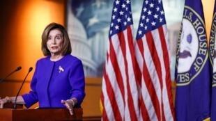Chủ tịch Hạ Viện Mỹ Nancy Pelosi phát biểu trước khi Hạ Viện bỏ phiếu nghị quyết giới hạn quyền của tổng thống Trump về quân sự ngày 09/01/2020.