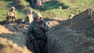 سربازان ارمنستان در منطقه مرزی علیه نیروهای آذربایجان موضع می گیرند.