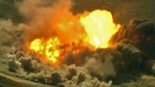 این عکس که برگرفته از فیلمی است که در تاریخ جمعه ٩ اسفند/ ٢۸ فوریه ٢٠٢٠ توسط سرویس مطبوعاتی وزارت دفاع ترکیه منتشر شد؛ حاکی از انفجار اهداف رژیم سوریه در استان ادلب است.