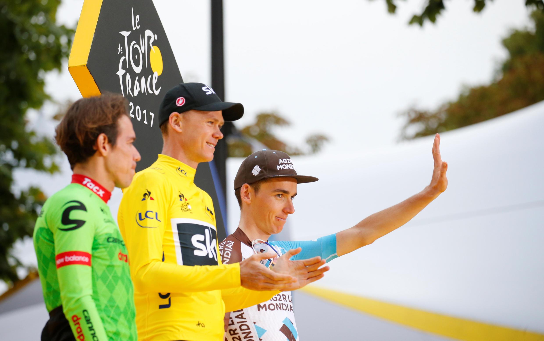 Pódio do Tour de France 2017 com Chris Froome em amarelo, Rigoberto Uran (verde) e o francês Romain Bardet.