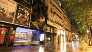 Sur les Champs-Élysées déserts, les cinémas et le Lido ont baissé leur rideau de fer.