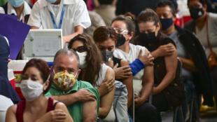 Varias personas son vacunadas contra el covid-19 en Ciudad de México, el 11 de mayo de 2021