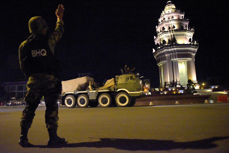 Des militaires cambodgiens à Phnom Penh, dans la nuit du 11 au 12 août 2017.