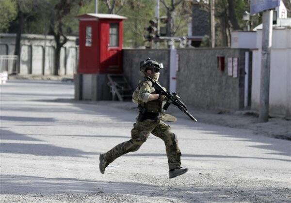 Askari wa Afghanistan akikimbiwa mjini Kabul kukabiliana na wapiganaji wa Taliban