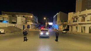 Des policiers dans une rue de Misrata lors du couvre-feu, dimanche 22 mars 2020.