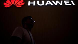 Ảnh minh họa: Logo Hoa Vi (Huawei) trong một cuộc triển lãm ở Thượng Hải, 14/06/2018.