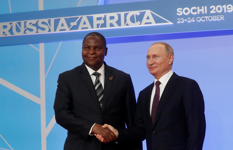Президенты России и ЦАР Владимир Путин и Фостен-Арканж Туадера на форуме в Сочи, 23 октября 2019 г.