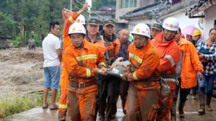 Socorristas resgatam vítimas na cidade de Gengdi, após o terremoto de 8 de agosto de 2017.