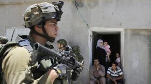 Израильский солдат в Хевроне 15 июня 2014.