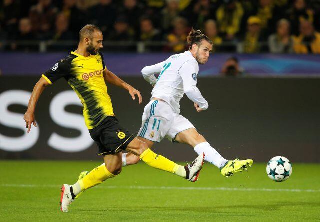 Gareth Bale na kungiyar Real Madrid yayin kokarin jefa kwallo a ragar kungiyar Borussia Dortmund, a fafatawar da suka yi da gasar Zakarun kungiyoyin kwallon kafa na nahiyar Turai.