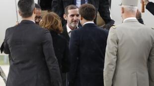 Les deux ex-otages Patrick Picque (c.) et Laurent Lassimouillas (g.) sont accueillis à Villacoublay par Emmanuel Macron (au centre de dos), le chef d'état major de armées, François Lecointre (D), le 11 mai 2019.