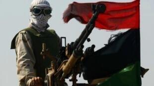 Một người lính phe nổi dậy Libya điều khiển súng phòng không cơ động tại cửa ngõ phía tây thành phố Ajdabiyah ngày 14/4/11.