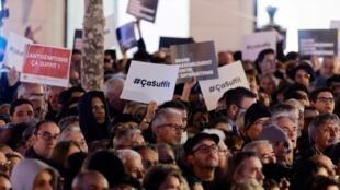 A Paris, la place de la République était noire de monde, la foule brandissant ici ou là des pancartes «Ça suffit», le mot d'ordre du rassemblement.