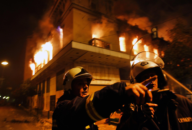 Поджог здания в ходе беспорядков в Афинах 12 февраля 2012.