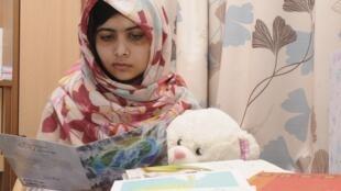 Malala, le 8 novembre, à l'hôpital Queen Elizabeth à Birmingham où elle a été transférée le 15 octobre dernier.
