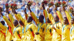 Les Lions Indomptables battaient l'Espagne en finale olympique à Sydney, et remportaient la toute première médaille d'or au Cameroun, le 30 septembre 2000.