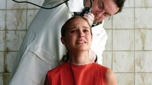 """A atriz Nathalie Portman raspou o cabelo para atuar no filme """"V for Vendetta."""""""