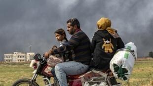 Família a fugir de Ras al-Ain, no norte da Síria. 19 de Outubro de 2019.