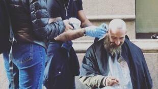 Le Catalan Lewinson Campas Castro, dit Lewin, redonne une certaine dignité aux SDF croisés dans la rue en leur offrant une coupe de cheveux.