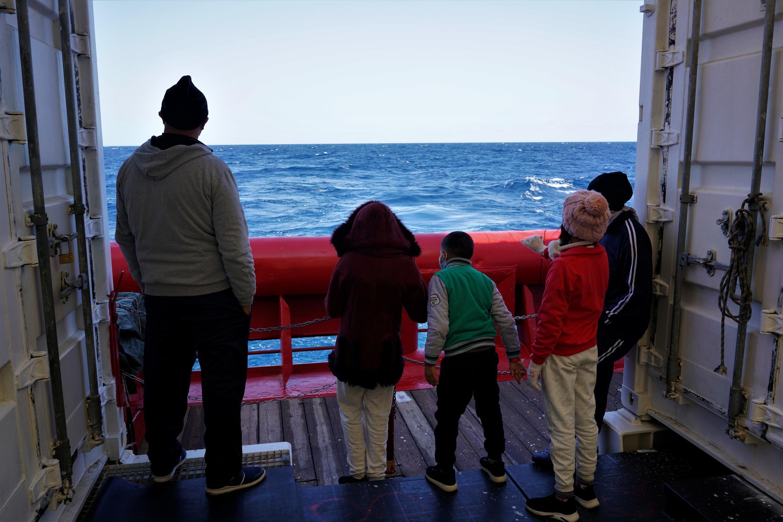Mourad et sa famille face au large.