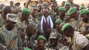 Le président par intérim Dioncounda Traoré pose au milieu des troupes maliennes, le 13 avril 2013.