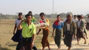 Des résidents portent le corps d'une femme arakane dans cette région de l'ouest de la Birmanie, après son décès lors de tirs entre l'Arakan Army et l'armée birmane, à Rathedaung, le 21 février 2019 (photo d'illustration).