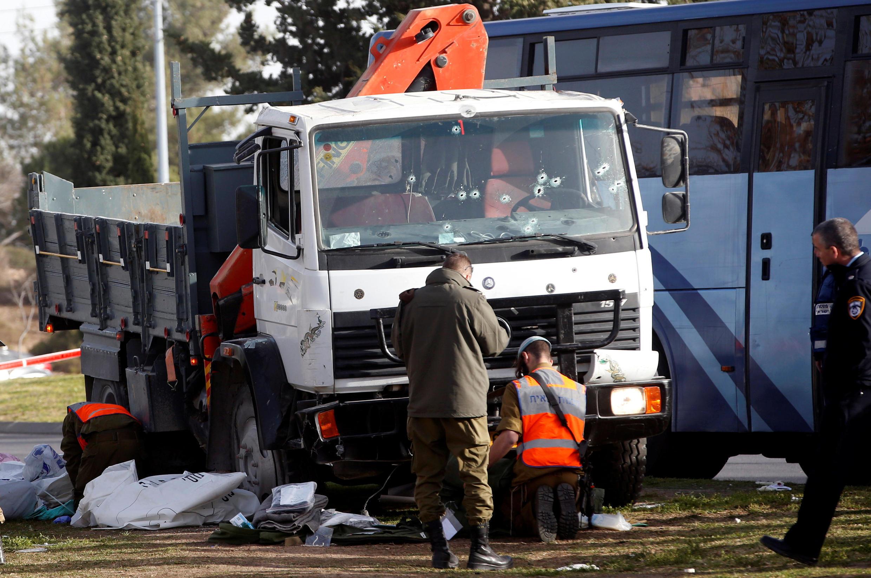 Ảnh chiếc xe tải lao vào một nhóm binh sĩ ở Jerusalem ngày 08/01/2017, làm 4 thiệt mạng và 17 người bị thương.