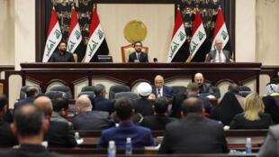 """Aos gritos de """"Não à América!"""", Parlamento iraquiano pediu retirada das forças americanas."""