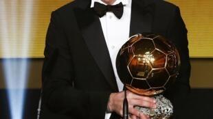 Lionel Messi  con su nuevo balón de oro 2015 este lunes en Zúrich