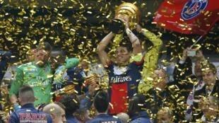 Brasileiro Thiago Silva ergue a taça de campeão.