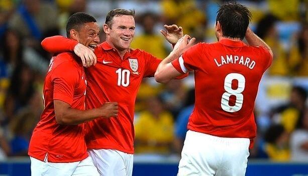 Wachezaji wa Uingereza Wayne Rooney na Frank Lampard wakishangilia goli lililofungwa na Alex Oxlade-Chamberlain katika mchezo wa kirafiki dhidi ya Brazil