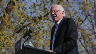 Bernie Sanders devant des milliers de partisans réunis dans un parc de Brooklyn, New York, le 17 avril 2016.