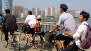 Mucha gente se desplaza en bicicleta en Pyongyang, la capital norcoreana.