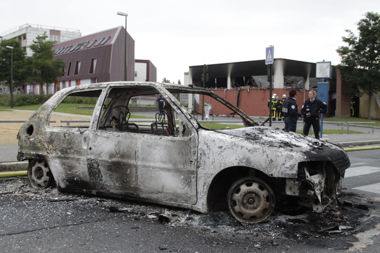 Автомобиль, сожженный в Амьене во время беспорядков 14 августа 2012