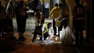 Les services d'urgence nettoient le sol sur le site de l'attaque. Jérusalem le 3 octobre 2015.